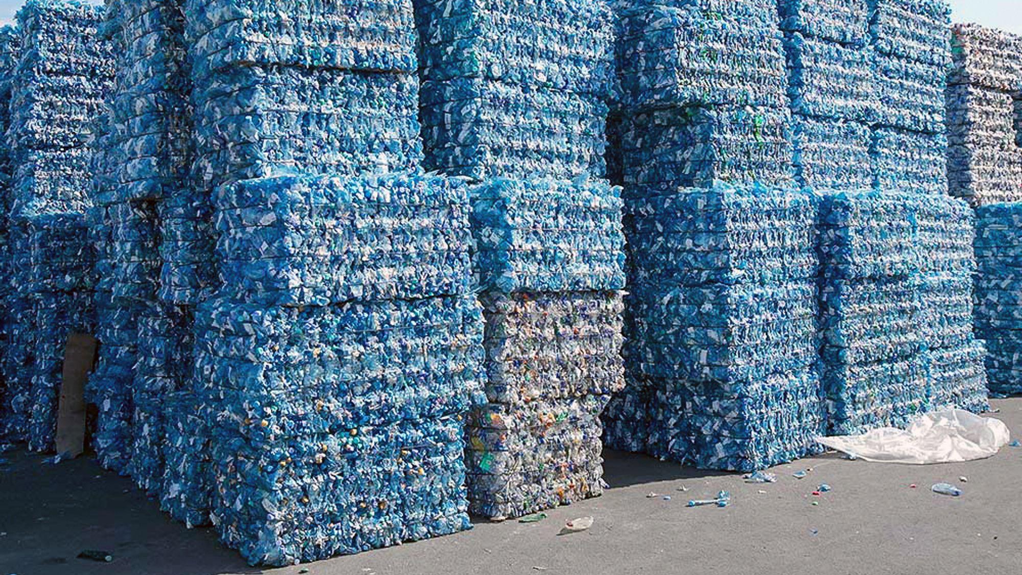 Klar til resirkulering: Det ser mye ut, men disse ballene med PET-plast som skal resirkuleres i Ioniqas pilotanlegg er en knøttliten dråpe i et hav av plast.