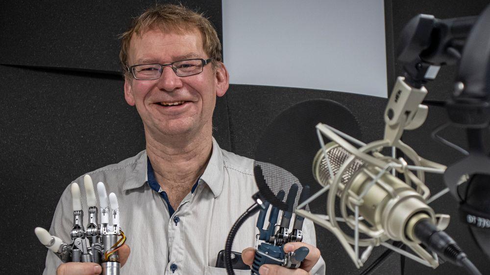 Stiller med medbrakt:  Teknologidirektør i Hy5, Bjørn Olav Bakka har tatt med et par av selskapets hydrauliske håndproteser på podcastinnspilling