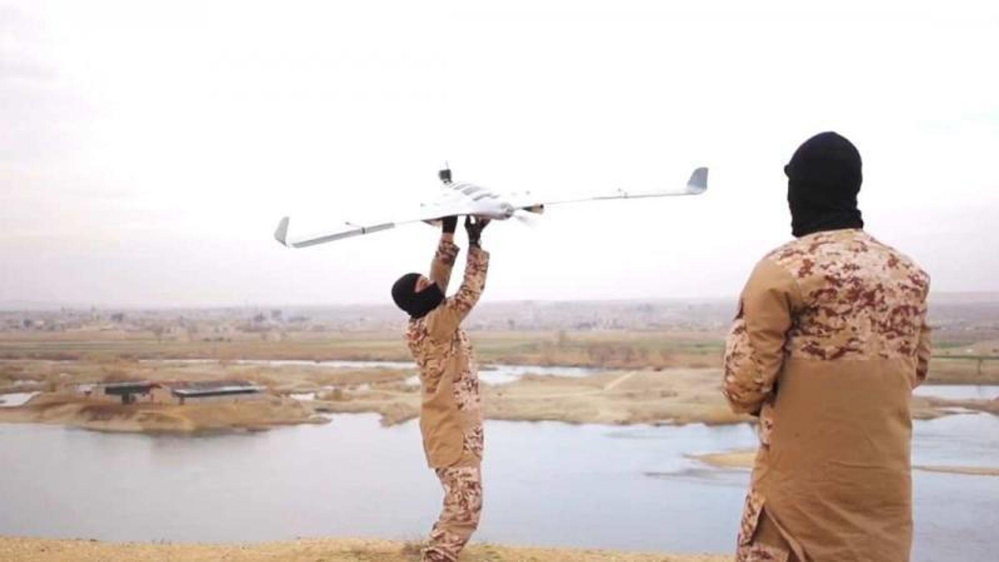 IS lagde flere propagandavideoer hvor de viste hvordan de brukte droner med både faste vinger og multirotorer.