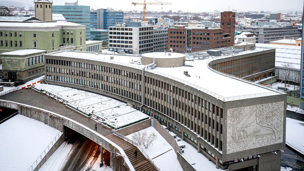 Y-blokka i regjeringskvartalet med Picasso-verket «Fiskerne» integrert i fasaden. Plan- og bygningsetaten i Oslo kommune har gitt tillatelse til riving av bygget, men ønsker egentlig å bevare det.