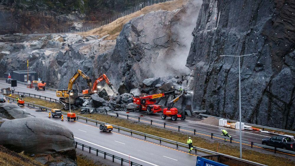 Statens Vegvesen ønsker ikke å svare på om det har vært svakhetssoner i fjellet eller lengder på boltene som er brukt for å sikre fjellet over veien.