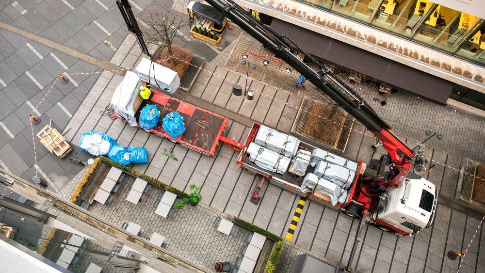 I stedet for at kranbilen skal kjøre tomhendt hjem, tar den med avfall fra byggeplassen og leverer det til gjenvinning.