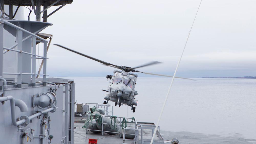 Et NH90 tar av fra KV Senja under en øvelse i 2016.