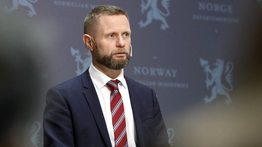 Helseminister Bent Høie (H) orienterer om tiltakene for å sikre beredskapen i luftambulansetjenesten.