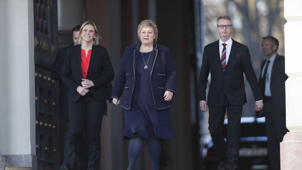 Sylvi Listhaug (Frp), statsminister Erna Solberg (H) og Terje Søviknes (Frp) på vei ut fra ekstraordinært statsråd onsdag ettermiddag.