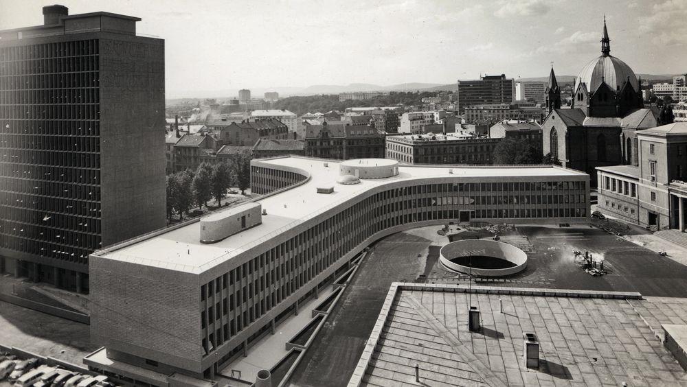 Eksteriørfoto av Y-blokka i Regjeringskvartalet. Arkitekt Viksjø vant arkitektkonkurransen i 1939. Høyblokka i kvartalet sto ferdig i 1958, mens Y-blokka ble føyd til i 1969.