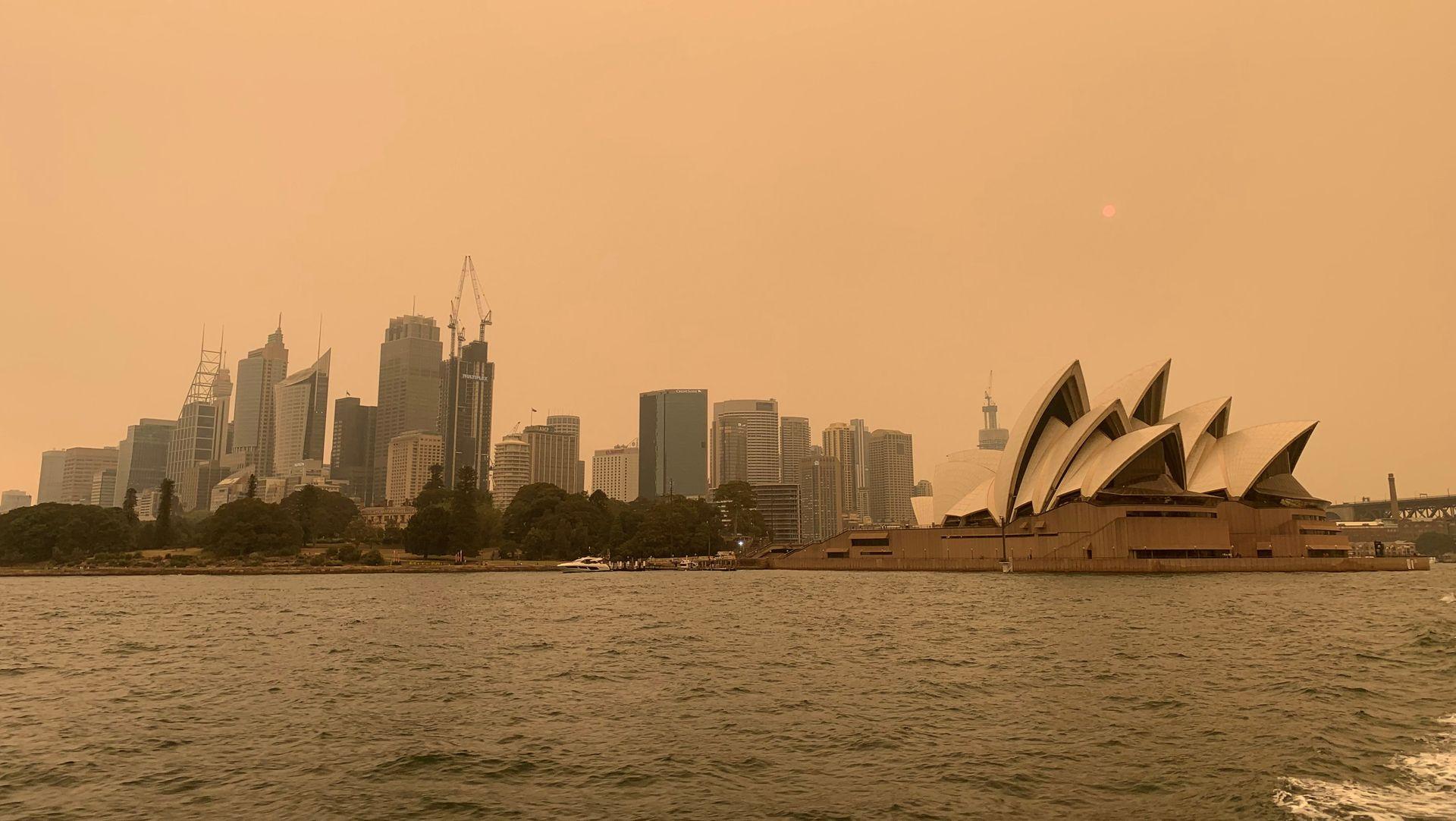 Australia: Over 80 skogbranner har de siste ukene truet store områder rundt Sydney. Bildet viser røykteppet over storbyen. Meteorologisk institutt i Australia kom i fjor med en rapport som om at klimaendringene har medvirket til ekstrem varme som kan bli tennkilde til skogbranner.