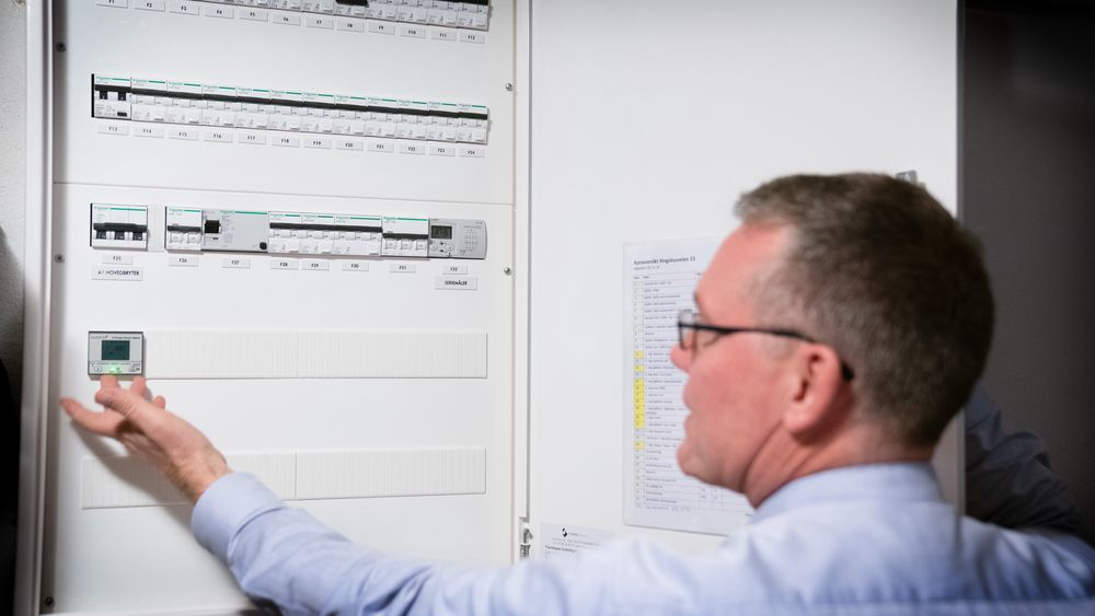 Å bruke mye strøm samtidig skal bli dyrere fra 1. juli 2021. NVE-sjefen håper at det vil gi flere incentiv til å installere smarthusteknologi.
