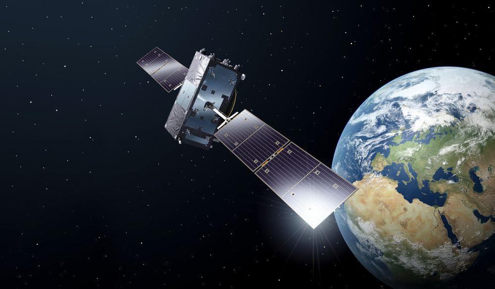 Galileo: Bildet viser en av GNSS-satellittene i Galileo-programmet. Til sammen er det et hundretalls slike GNSS-satellitter i de fire globalt dekkende programmene rundt 20.000 km over jordoverflaten. Illustrasjon: ESA / P. Carril