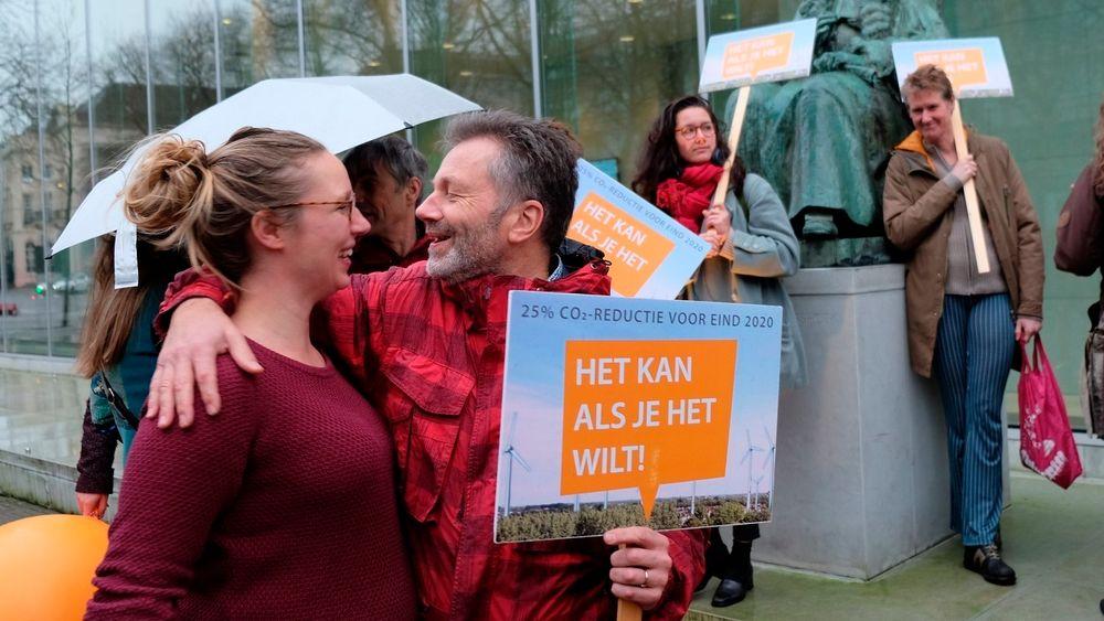 Klimaaktivister utenfor nederlandsk høyesterett i Haag fredag, da regjeringen ble beordret til å kutte klimautslipp.