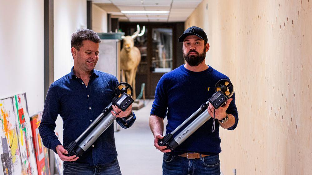Thrustme består av Kjetil Fedde og Kjartan Jensen, her med sin nye el-motor – «the cruiser» – i hendene.