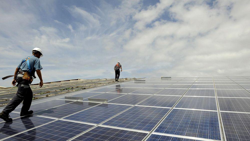 En rekke land satser nå stort på fornybar energi. Problemet er at solkraft og vindkraft ikke er stabile energikilder, påpeker Øystein Noreng i denne analysen.