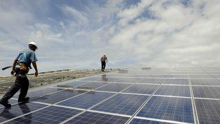 Vi er fortsatt midt i oljealderen. Solkraft og vindkraft hindres av teknologiske utfordringer