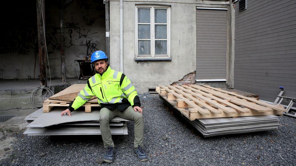Prosjektleder Håvar Haugen Espelid har fått tak i brukte fasadeplater til ombruksbygget Entra jobber med i Oslo.