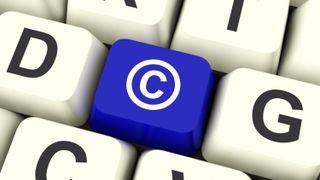 Tastatur med copyright-symbolet (bokstaven C i en sirkel) som en av tastene.