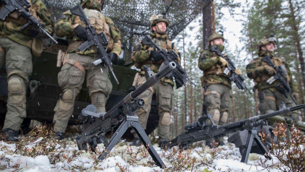 Det norske forsvaret blir rimeligere og mer effektivt uten norske særkrav til våpen og så mange høyere offiserer, konkluderer en ny rapport.