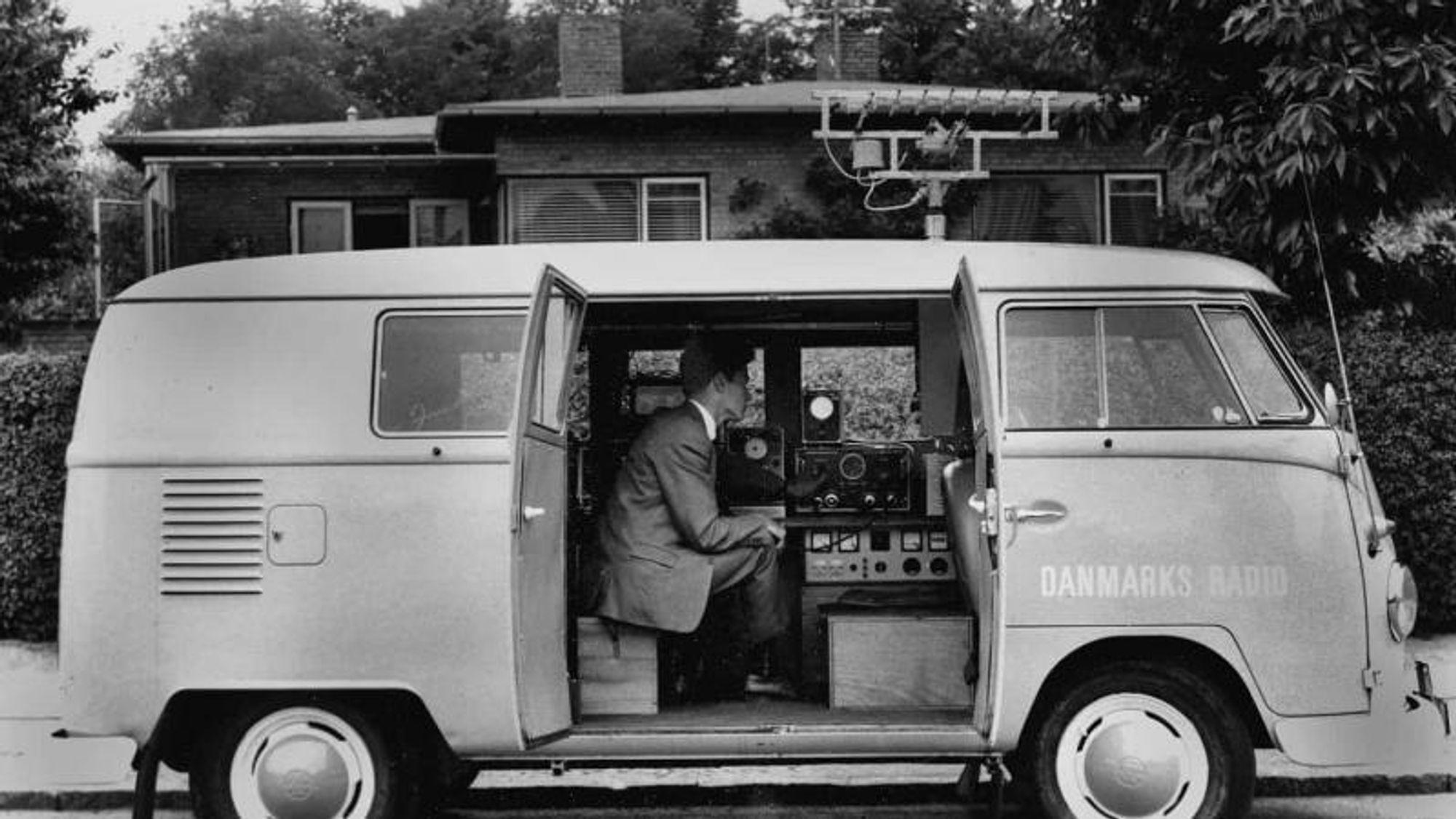 Peilebilen hadde alltid en tekniker og en lisensinnkrever med på turen. Foto: Danmarks Radio