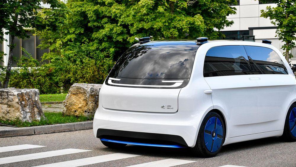 DLRs prototype, UMV Peoplemover 2+2, skal kunne frakte opptil fire personer autonomt. Bilen har elektrisk framdrift og en maksimal rekkevidde på 200 km. Den skal fungere som en slags førerløs taxi for turer mellom åtte og 20 minutter.