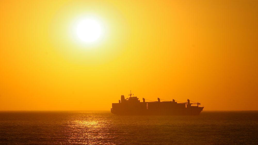 Tankskip i solnedgang. IMO-mål om 40 prosent klimakutt innen 2030 kan bli tøft, tror meklerfirmaet  Clarksons Platou.