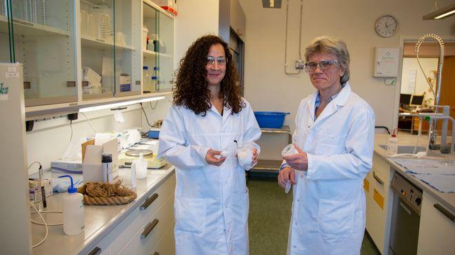 Rebecca Blell (t.v.) forsker på cellulosefiber på Borregaard i Sarpsborg. Her står hun sammen med forskningssjef Kristin Misund.