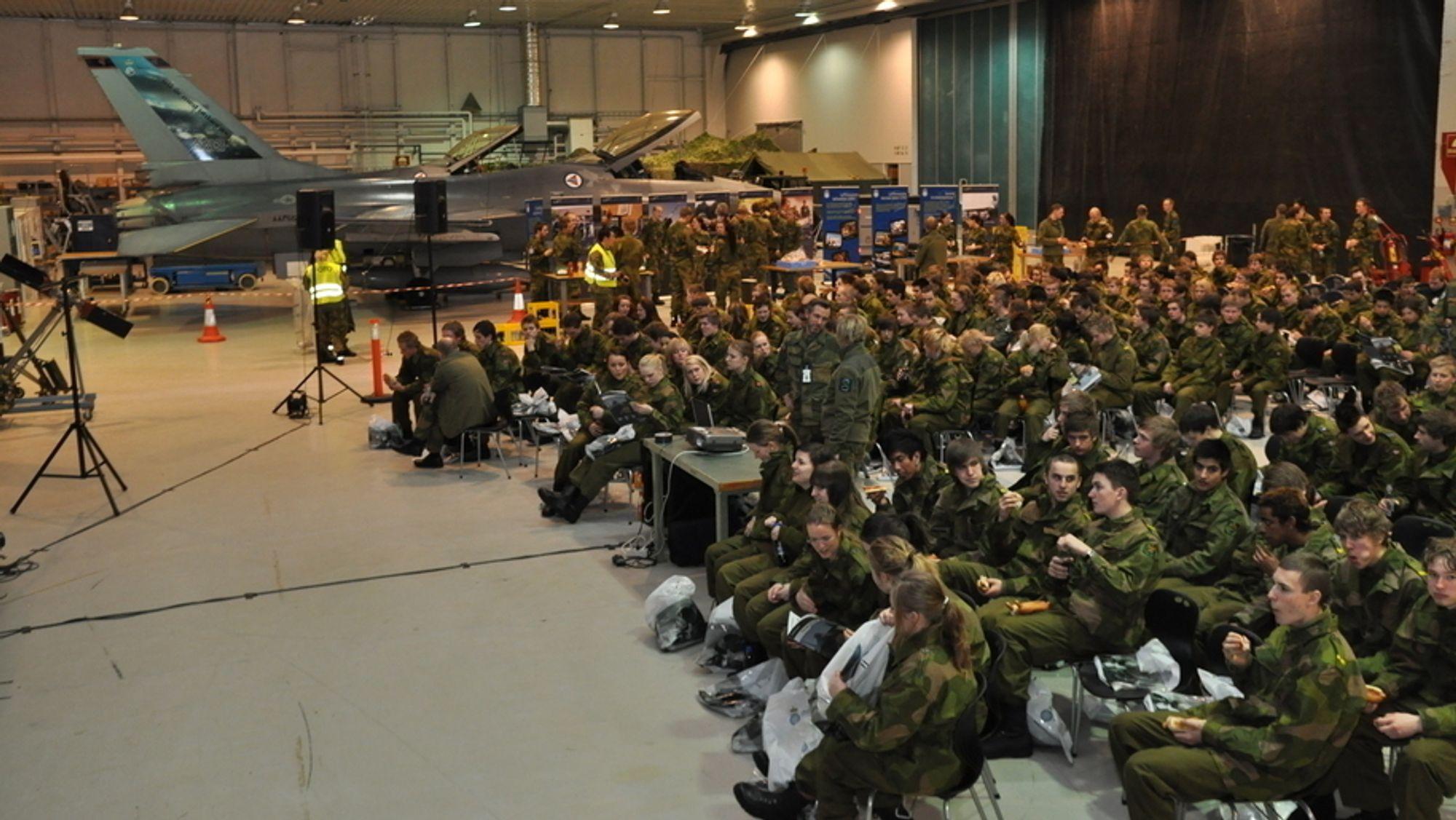Slik så det ut når 220 ungdommer fra hele Norge var samlet i hangaren på Kjevik  under en rekrutteringscamp.