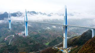 Denne nye skråstagbrua har verdens høyeste brutårn i betong
