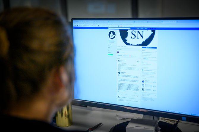 Kvinne ser på Facebook-pagen Sørlandsnyhetene. Illustrasjonsfoto