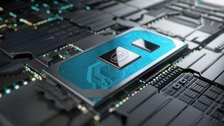 En prosessorer i Intels tiende generasjon Core montert på et hovedkort.
