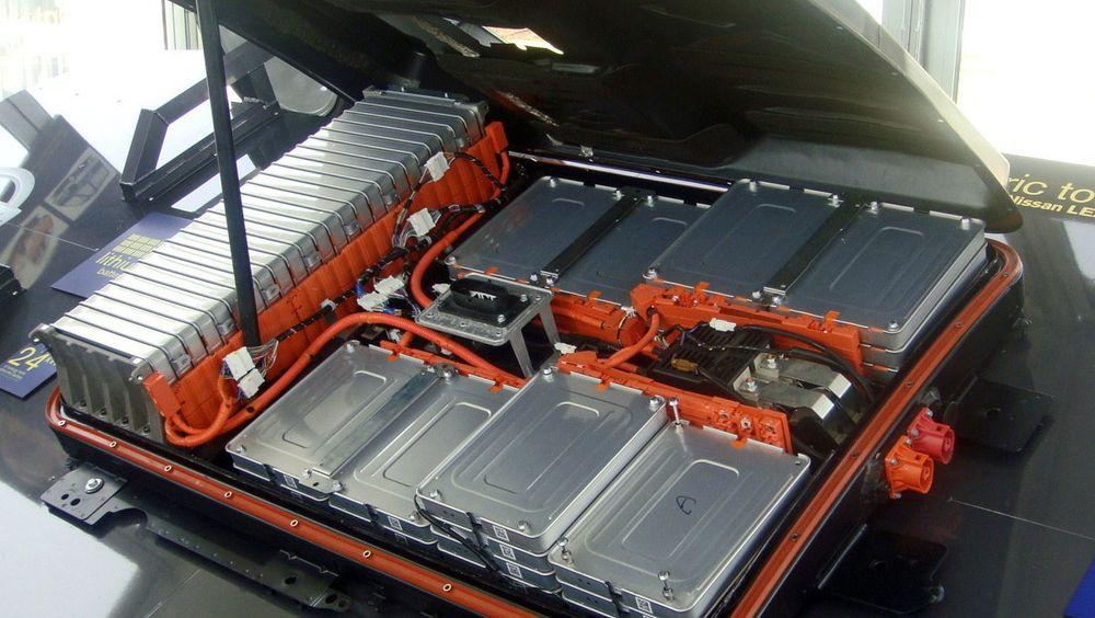 Resirkuleringsbransjen tar forholdsregler med brukte bilbatterier. Dersom de blir behandlet like røft som man har behandlet bilbatterier tidligere, kan utfallet bli dramatisk. Her illustrert ved en batteripakke fra Nissan Leaf, en av Norges mest solgte elbiler.