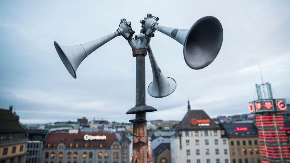 En tyfon, på folkemunne kalt flyalarm, på taket av Østbanehallen i Oslo. I fredstid tester Sivilforsvaret alle landets tyfoner to ganger i året.