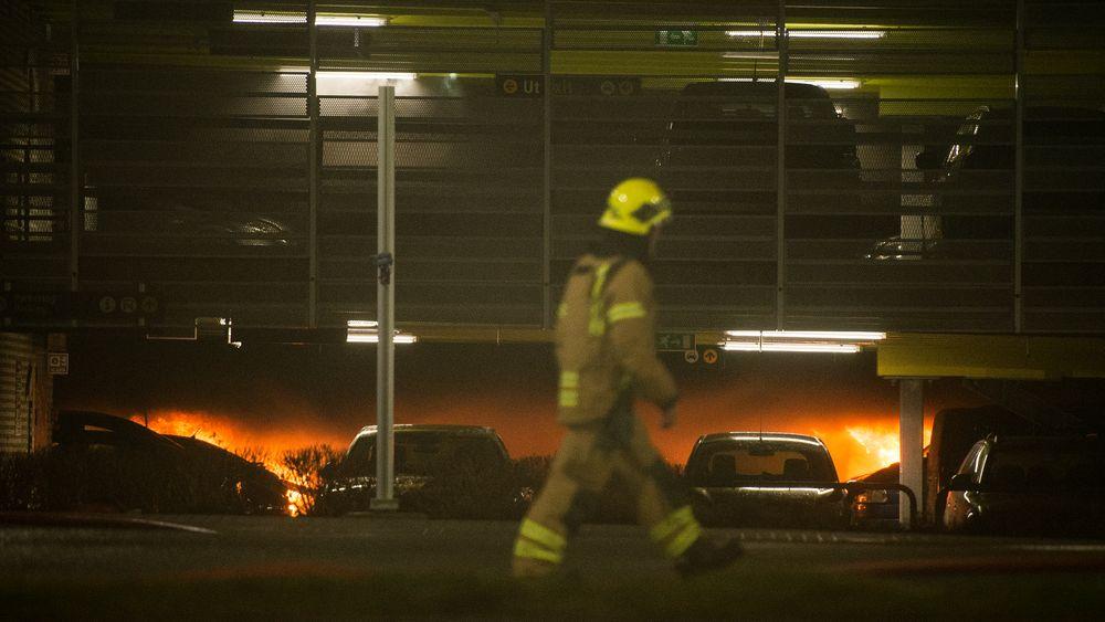 Det brenner i mange biler i parkeringshuset på Stavanger lufthavn Sola. Flytrafikken er stengt fordi brannmannskapet benyttes til å slukke brannen i parkeringshuset.