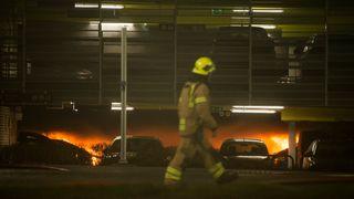 Flere hundre biler ødelagt etter brann.Flytrafikken er kansellert