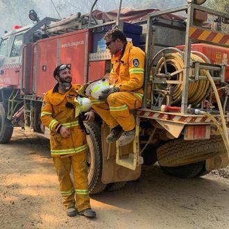 Brannmenn tar en pause etter å ha kjempet mot branner i Australia i desember 2019.
