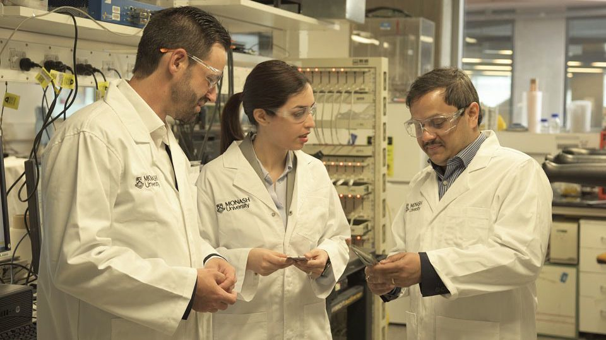 Forskerne Matthew Hill, Mahdokht Shaibani og Mainak Majumder viser fram litium-svovel-batteriet sitt.