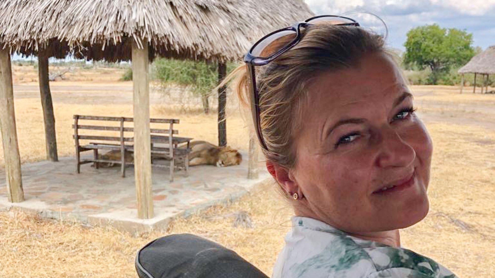 Marianne Nilsen Sturmair er ny leder for Ingeniører uten grenser. Her et bilde sammen med en løve, tatt på en ferietur til Tanzania.