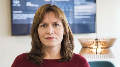 Kristen Rydne, advokat i NITO, portrett på kontoret i dagslys.
