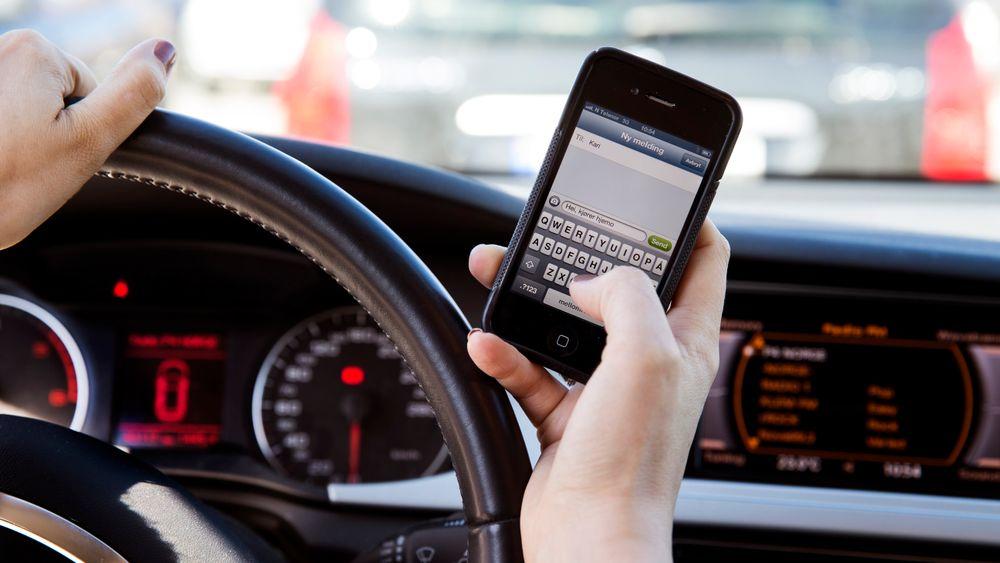 Å taste på mobilen er svært dårlig for trafikksikkerheten, men nyere forskning viser at muligheten til å gi beskjeder via mobilen faktisk kan bedre trafikksikkerheten i mange tilfeller.