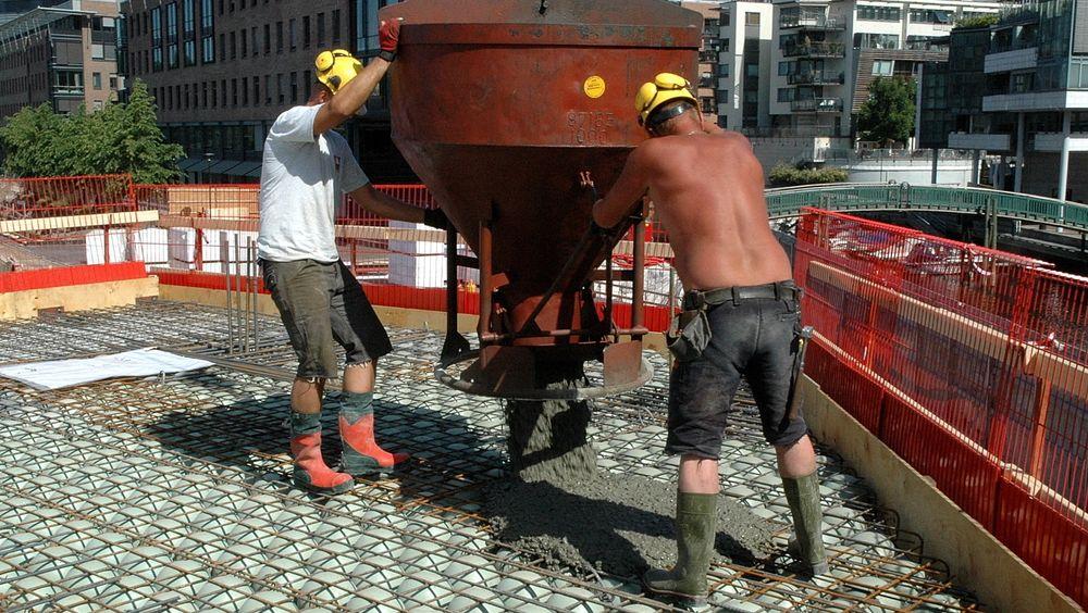 Betongindustrien hevder at sviktende kunnskaper fører til at klimagassutslippene fra betongkonstruksjoner blir høyere enn nødvendig. Fotoet er en illustrasjon og viser støp av dekke , det er ingen grunn til å tro at det brukt uheldige kvaliteter på dette prosjektet.