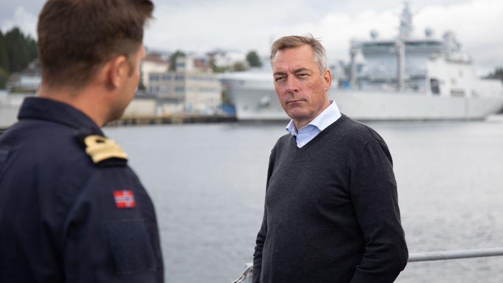 Forsvarsminister Frank Bakke-Jensen (H) har fagbrev i serviceelektronikk for skipsflåten og har jobbet i ti årmed service for fiskeflåten i Båtsfjord. Her på besøk hos minerydderen KNM Rauma og skvadronsjef Stian Berge.
