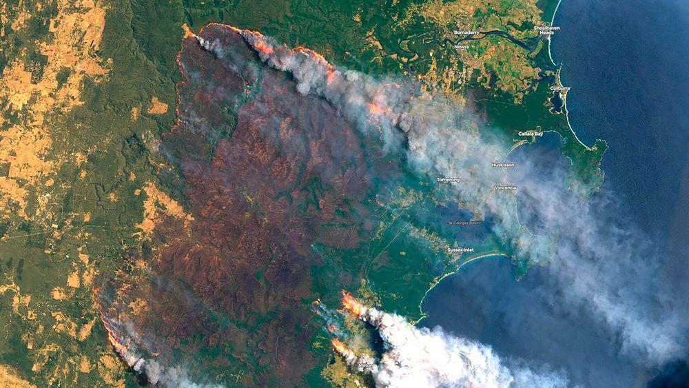 Dette bildet fra Copernicus Satellite Imagery viser brannen på Clyde Mountain, 20 mil utenfor Sydney, Australia.