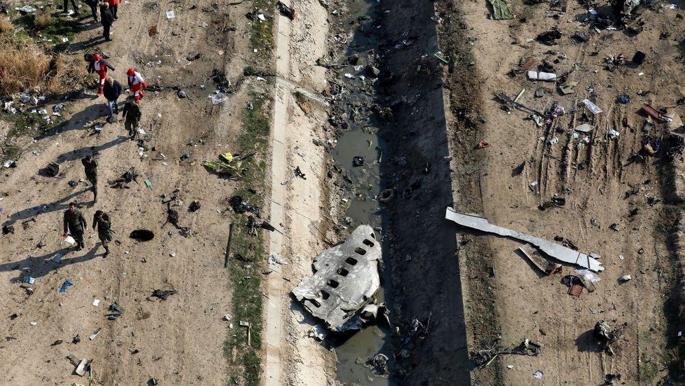 Redningsarbeidere på stedet der flyet styrtet Shahedshahr, sørvest for Teheran i Iran.