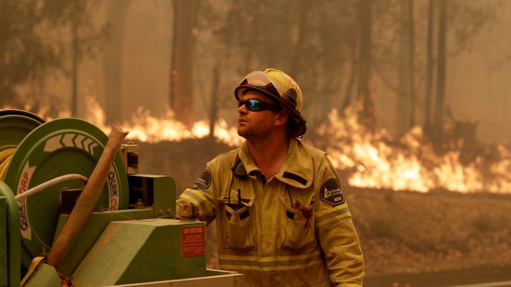 Brannvesenet i delstaten New South Wales opplyser mandag at de har kontroll på den enorme brannen i Gospers Mountain nordvest for storbyen Sydney.