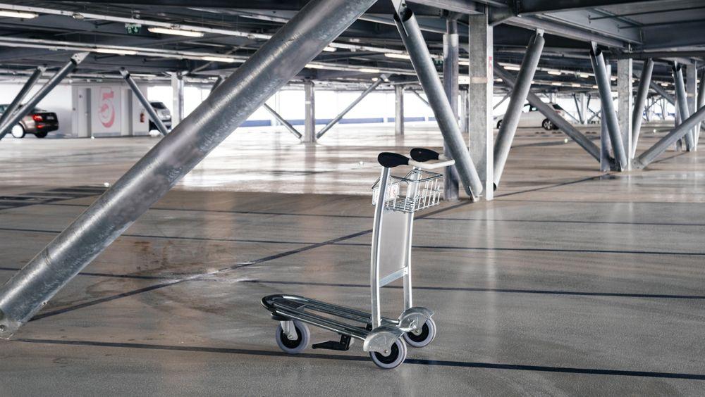 P-huset på Sola flyplass er bare ett av flere parkeringshus i stål. En dansk professor tar nå til orde for å forby bygningstypen.