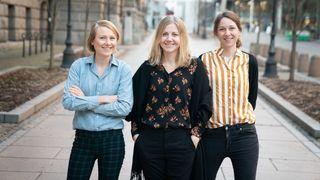 I redaksjonen til Karriere360 jobber journalist Tuva Strøm Johannessen (t.v.), redaktør Jannicke Nilsen og journalist Kjersti Flugstad Eriksen (t.h.).