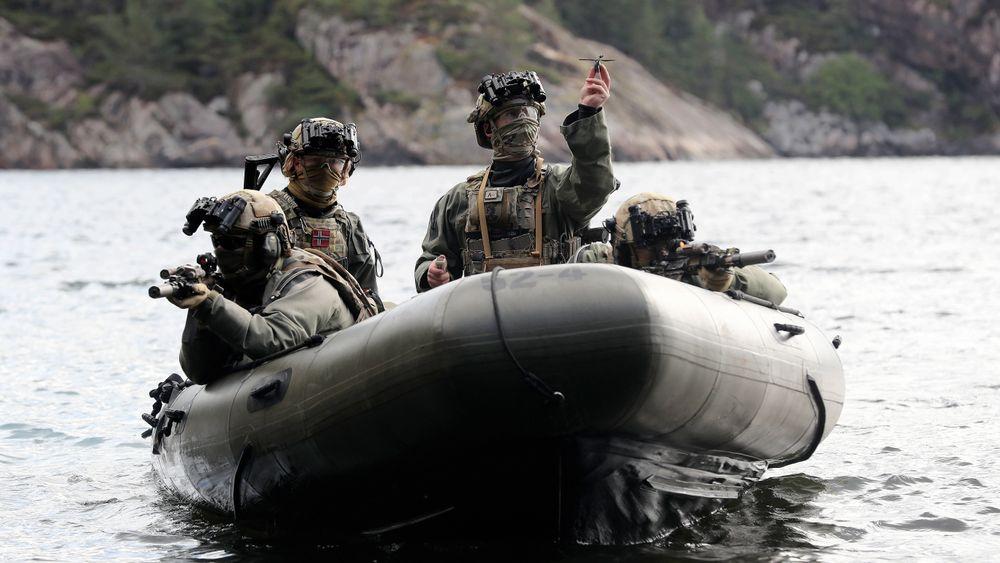 Marinejegere på vestlandskysten i ferd med å sende av gårde en Black Hornet fra rib-en.