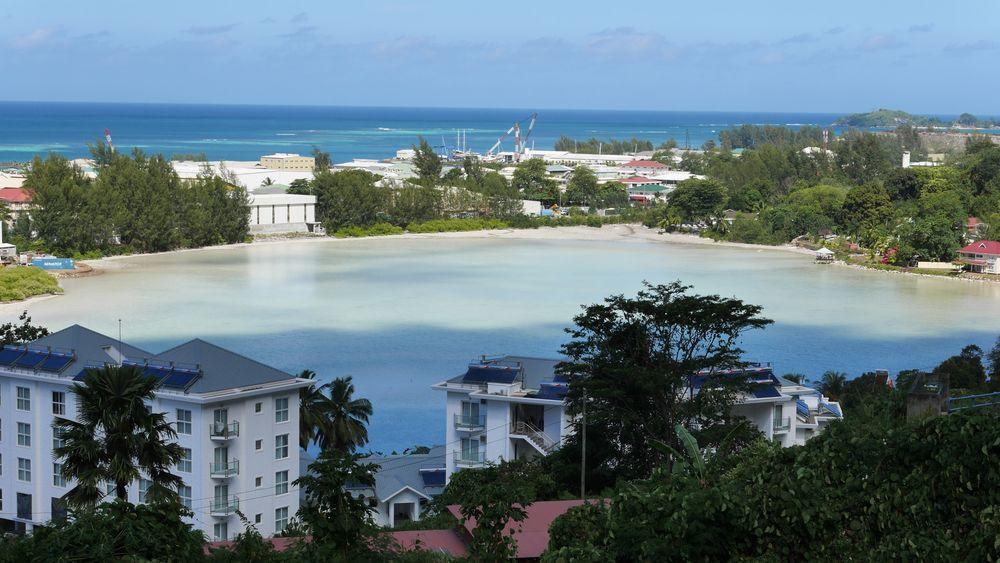 I denne lagunen på Seychellene planlegges det som kan bli verdens første flytende solcelleanlegg i saltvann. Den franske produsenten Quadran fikk nylig rettighetene til å utvikle og drive anlegget, mens Norske Multiconsult står sentralt i prosjektet.