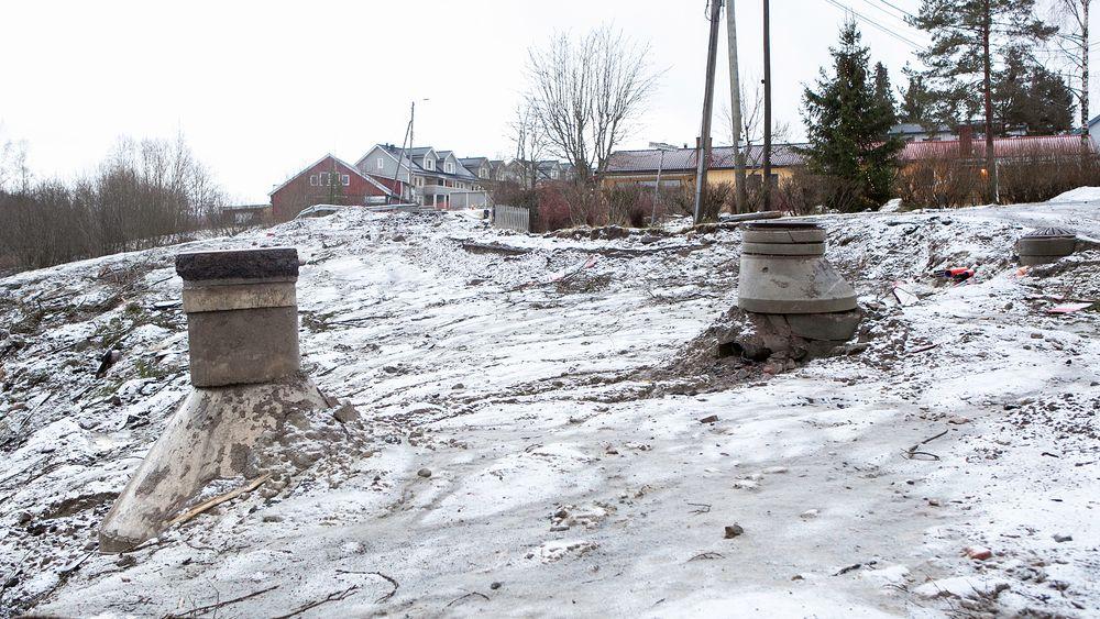 Kumlokket til venstre lå i veien, akkurat der raset startet den 16 september i fjor. Fremdeles er flere av husene i området evakuert i påvente av stabiliseringsarbeidet.
