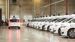 Waymo har rundt 600 selvkjørende biler. Her fra selskapets base i Chandler, Arizona.