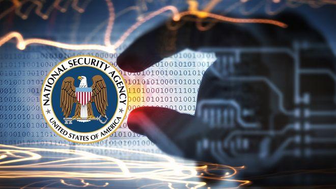 Binærkode, en hånd og NSAs emblem.