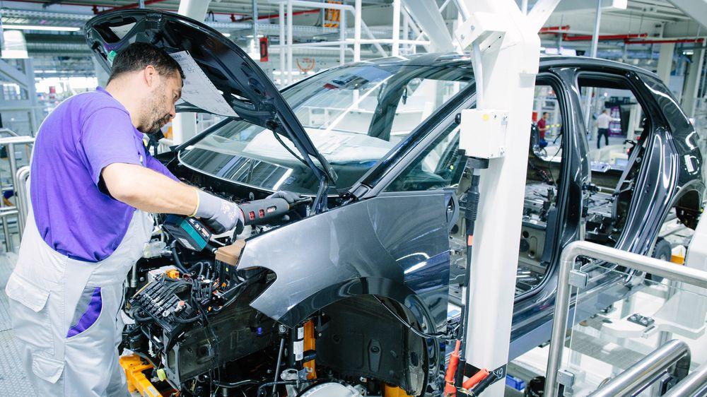 Produksjonen av ID.3 er i full gang i VWs ombygde fabrikk i Zwickau. Men på grunn en meget stor markedsandel blant fossilbiler risikerer selskapet å måtte betale helt opp til ca. 51,6 milliarder norske kroner i bøter, eller nesten en tredel av bedriftens overskudd i 2018.